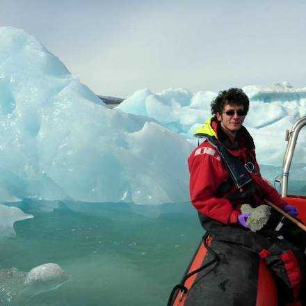"""Charla""""¿Aumentarán los icebergs la productividad de los océanos? El rol de los icebergs como vectores férricos en un escenario de cambio global""""."""